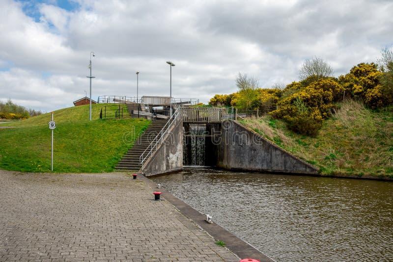 Ein Verschluss Verbindungsverbandskanal mit einer Spitze des Falkirk-Radkanals stockfotografie