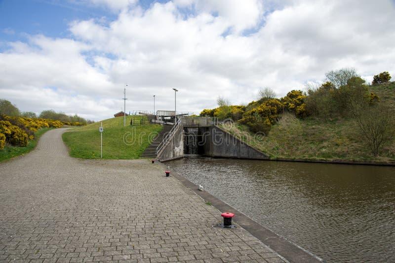 Ein Verschluss Verbindungsverbandskanal mit einer Spitze des Falkirk-Radkanals in Mittel-Schottland stockfotos