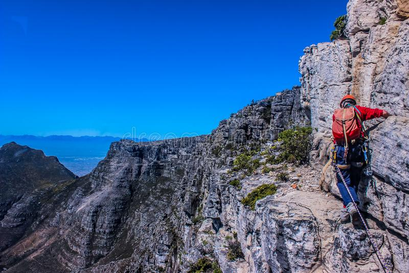 Ein verwegenes europäisches touristisches Klettern in Cape Town Süd-Afric lizenzfreie stockfotos