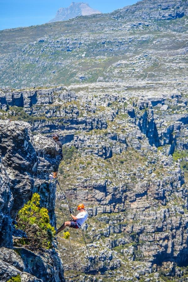 Ein verwegenes europ?isches touristisches Klettern in Cape Town S?d-Afric lizenzfreies stockbild