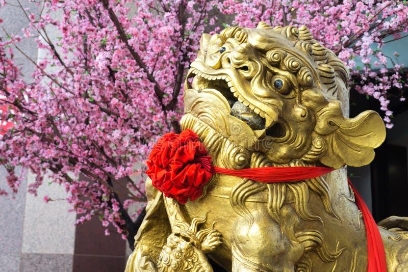 Ein verzierter Baum Gold-Lion Statue Placed Nears A lizenzfreies stockfoto