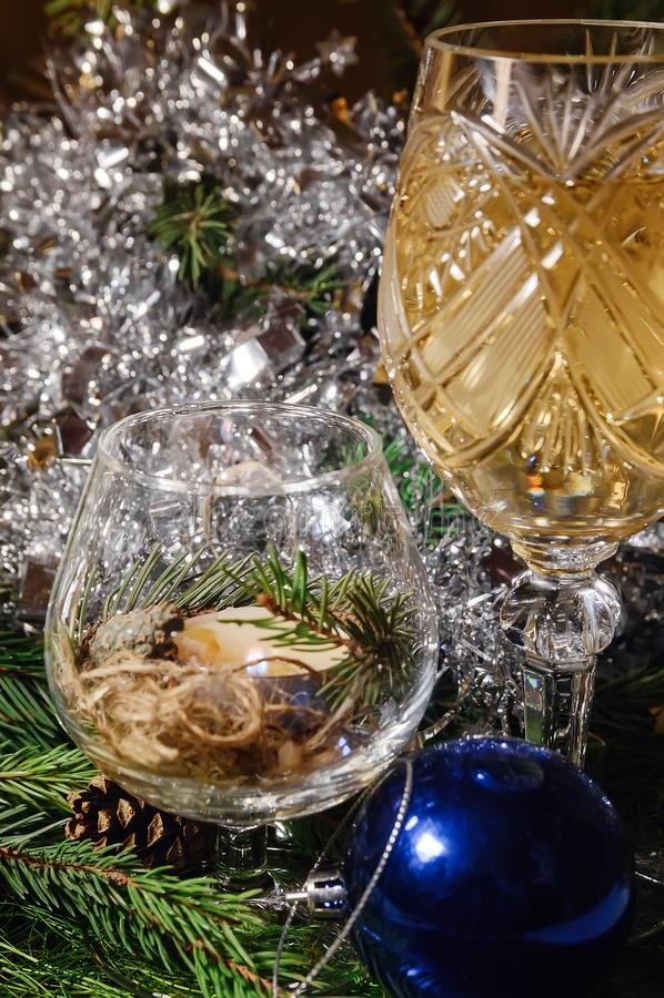Ein verzierter Weihnachtsspeisetisch mit Champagnergläsern und Weihnachtsbaum im Hintergrund lizenzfreies stockfoto