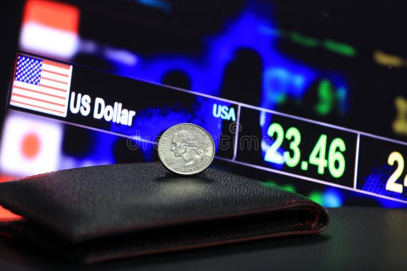 Ein Viertel von US-Dollar prägt auf entsprechendem USD auf schwarzer Geldbörse auf schwarzem Boden mit digitalem Brett des Geldum stockbilder