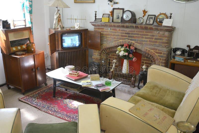 Ein vierziger Jahre fünfziger Jahre Wohnzimmer mit Weinlesemöbeln stockbild