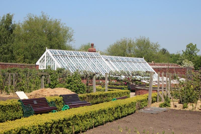 Ein viktorianischer ummauerter Garten lizenzfreies stockbild