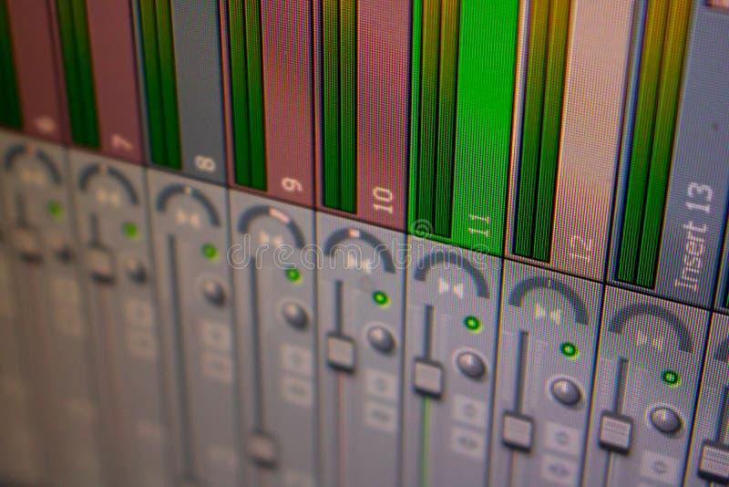 Ein virtueller Mischer eines digitalen Audioarbeitsplatzes DAW lizenzfreie stockfotografie