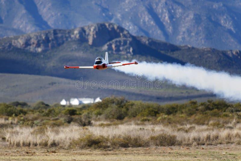 Ein vorbildliches BremsungsDüsenflugzeug lizenzfreies stockfoto