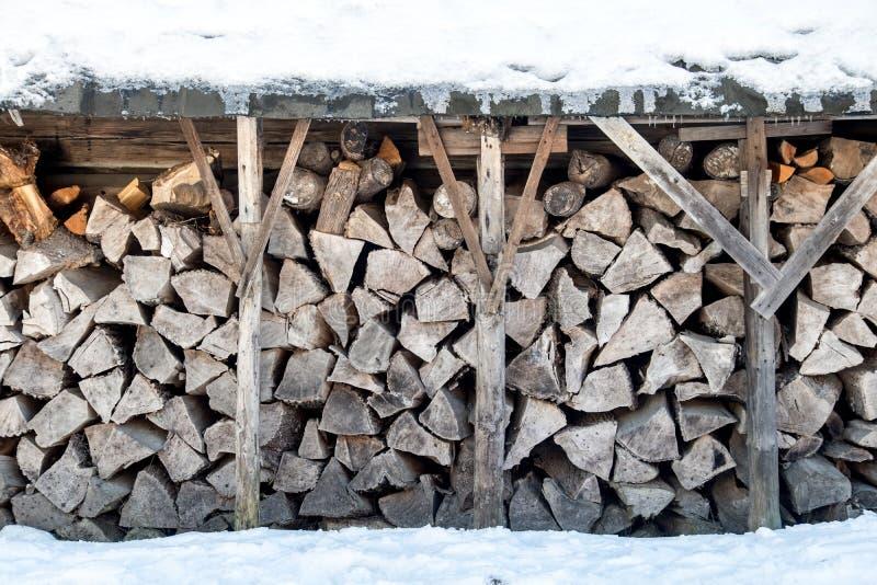 Ein Vorrat an firewoods am Winter stockfotografie