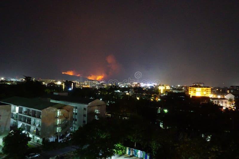 Ein Waldbrand rast auf Berg Doi Suthep, Chiang Mai, Thailand stockfoto