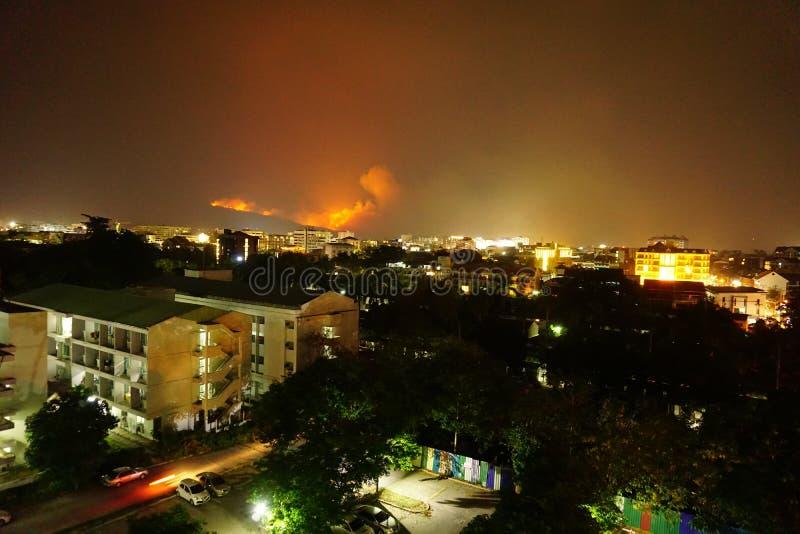 Ein Waldbrand rast auf Berg Doi Suthep, Chiang Mai, Thailand stockbild