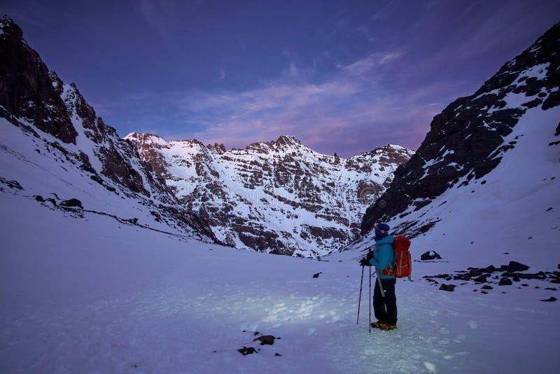 Ein Wanderer auf dem Weg bis zu Jebel Toubkal am frühen Morgen stockbild