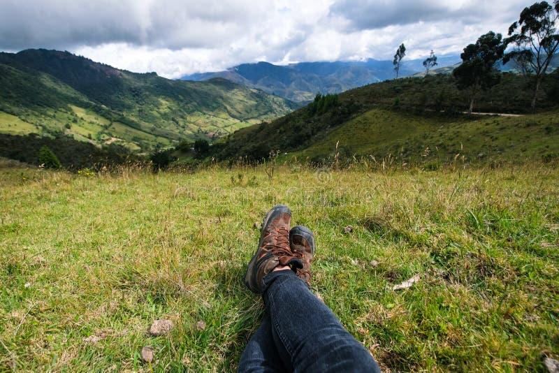 Ein Wanderer, der nach einem langen hije stillsteht lizenzfreie stockbilder