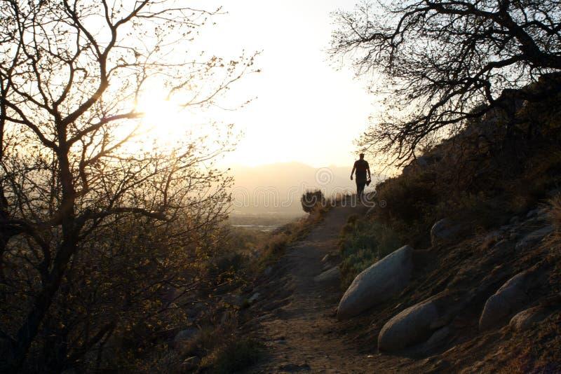 Ein Wanderer entlang der Spur lizenzfreies stockbild