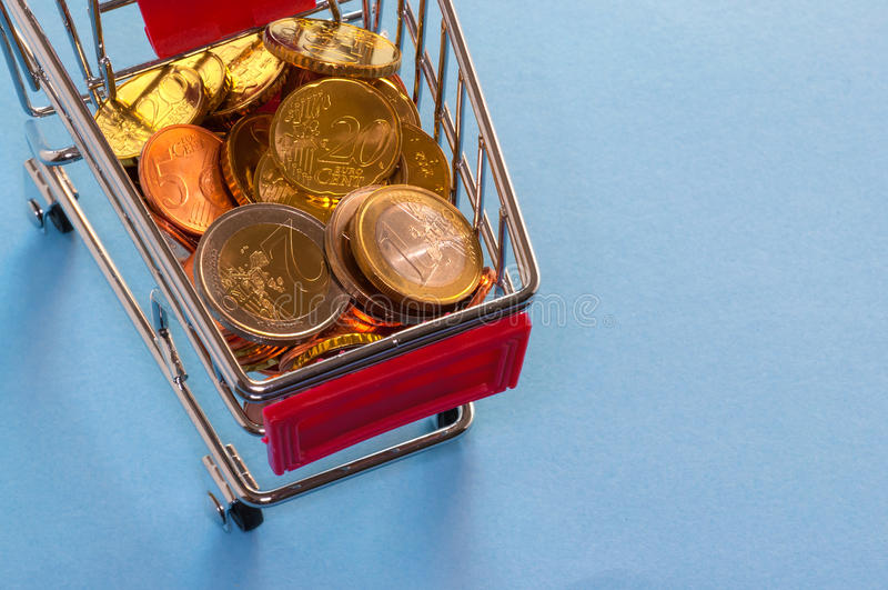 Ein Warenkorb mit Euromünzen stockfotos