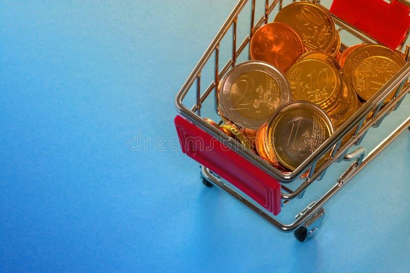 Ein Warenkorb mit Euromünzen lizenzfreies stockbild