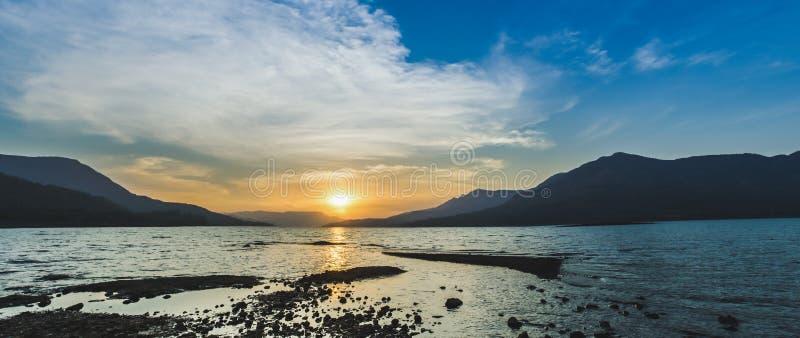 Ein warmer Abend am Mulashi-Verdammungs-Stauwasser (See) Handpanorama stockfotos