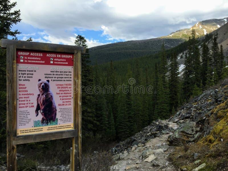 Ein Warnzeichen für die Wanderer, die in Rocky Mountains in Jasper National Park wandern, um Grizzlybären zu berücksichtigen stockfoto