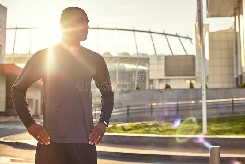 Ein was für großer Tag für athletischen afrikanischen Mann des Trainings mit einer Stellung des muskulösen Körpers mit den Armen  stockfotos