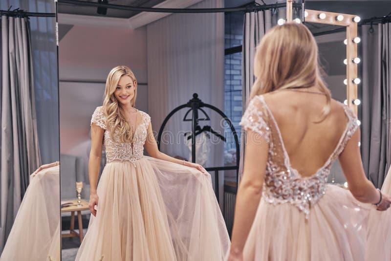 Ein was für reizendes Kleid Schöne tragende dres Hochzeit der jungen Frau stockbild