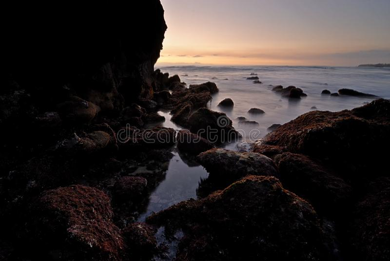 Ein Wassereinlaß in einer schroffen felsigen Pazifikküste lizenzfreies stockfoto