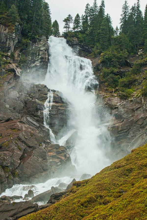 ein Wasserfall in den Felsen stockfotos