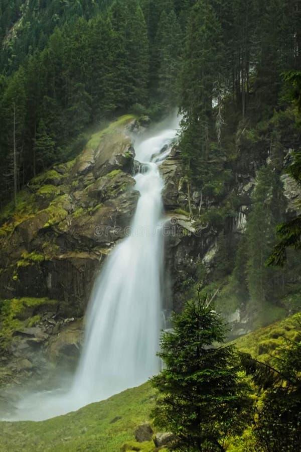 ein Wasserfall in den Felsen lizenzfreies stockfoto
