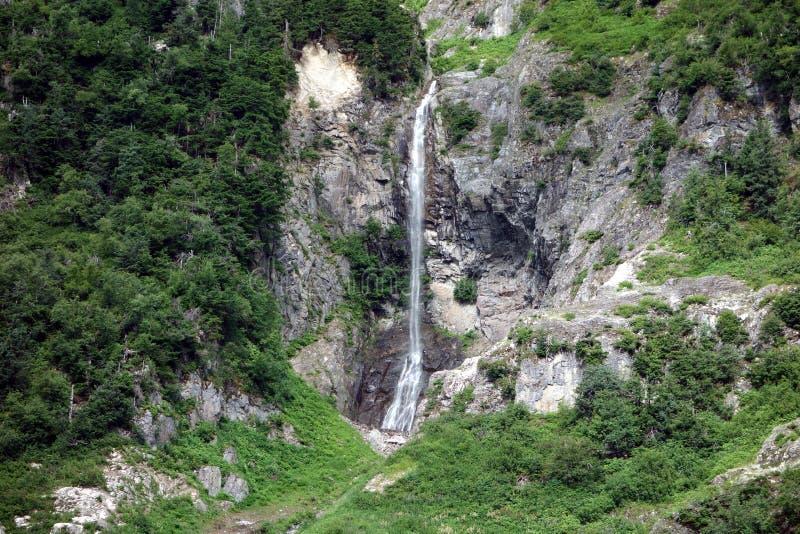 Ein Wasserfall, der hinunter einen Berg tröpfelt lizenzfreie stockfotografie