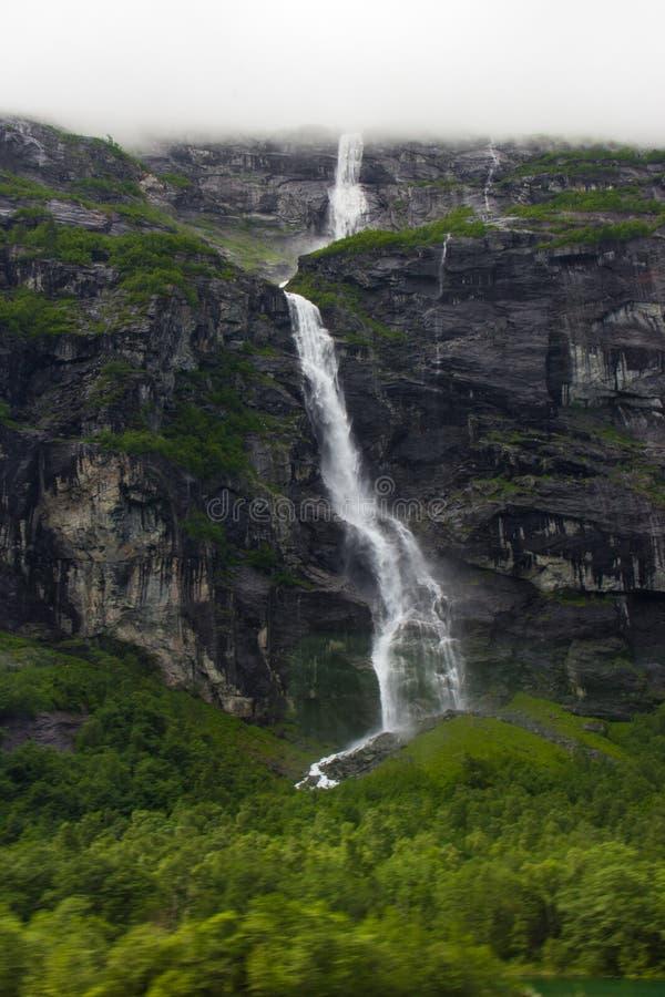 Ein Wasserfall entlang dem Geirangerfjord stockfoto