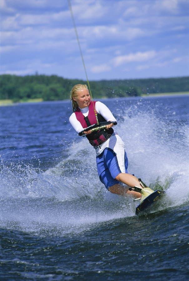 Ein Wasserskifahren der jungen Frau stockfotos