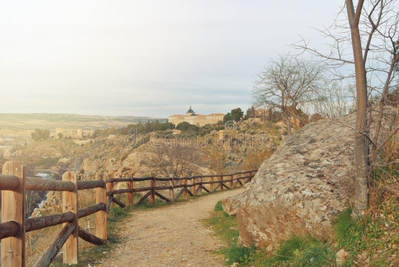 Ein Weg über dem Hügel angesichts der Umgebungen von Toledo, Holz lizenzfreies stockfoto