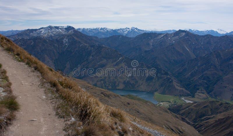 Ein Weg, der zu die Spitze von Ben Lomond nahe Queenstown in Neuseeland, Berge im Hintergrund führt stockbilder