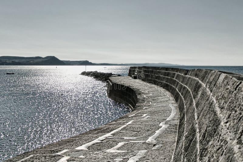 Ein Weg entlang dem Cobb | Lyme Regis stockfoto