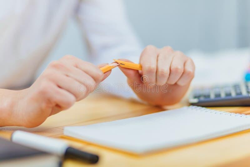 Ein weißes Blatt Papier nahe etwas zerknittertem Papier, ein defekter Bleistift, ein Konzept auf der Suche nach Ideen, Verständni lizenzfreie stockfotografie