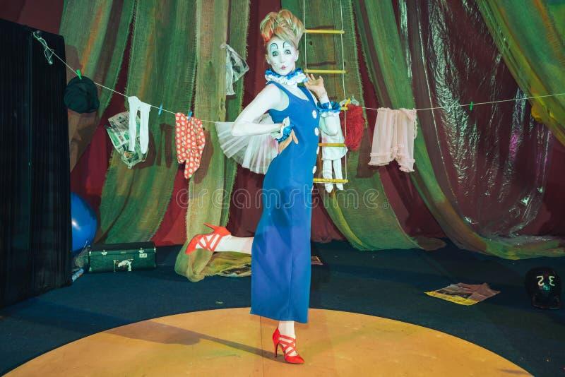 Ein weiblicher Clown in einem Stadiumsbild stockfoto