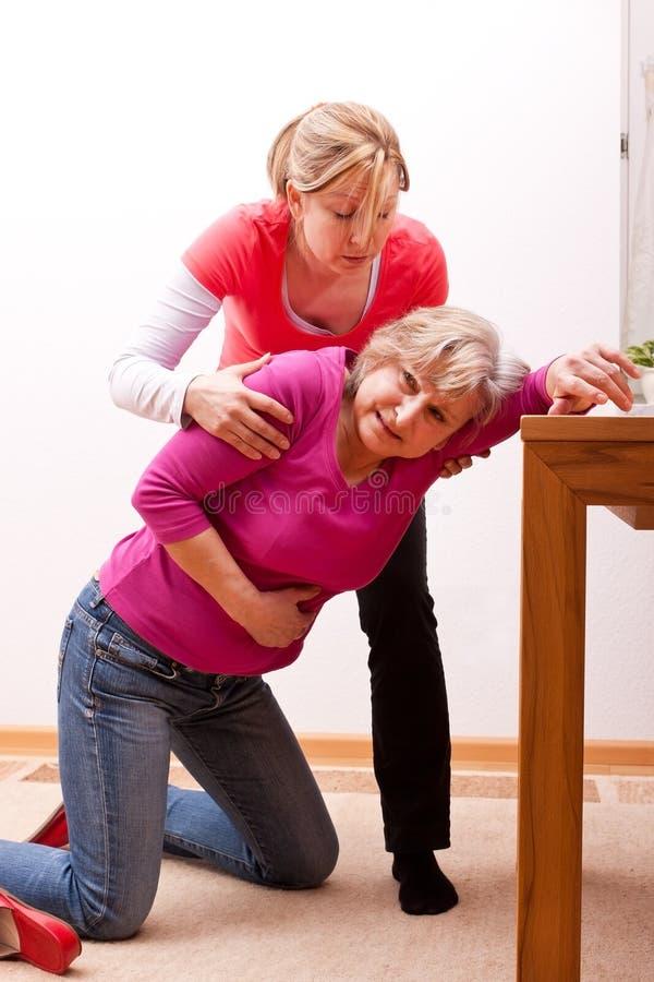 Ein weiblicher Senior stürzt zuhause ein stockfotografie