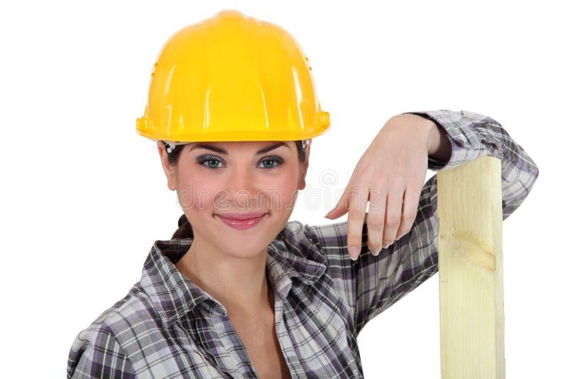 Ein weiblicher Tischler. lizenzfreie stockfotos