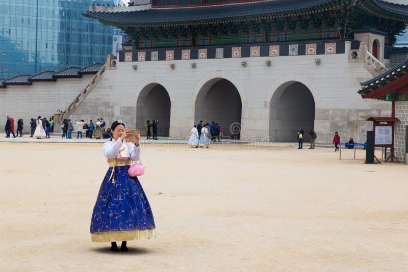Ein weiblicher Tourist, der koreanisches traditionelles Kostüm, hanbok, ein selfie herein nehmend trägt stockfotos