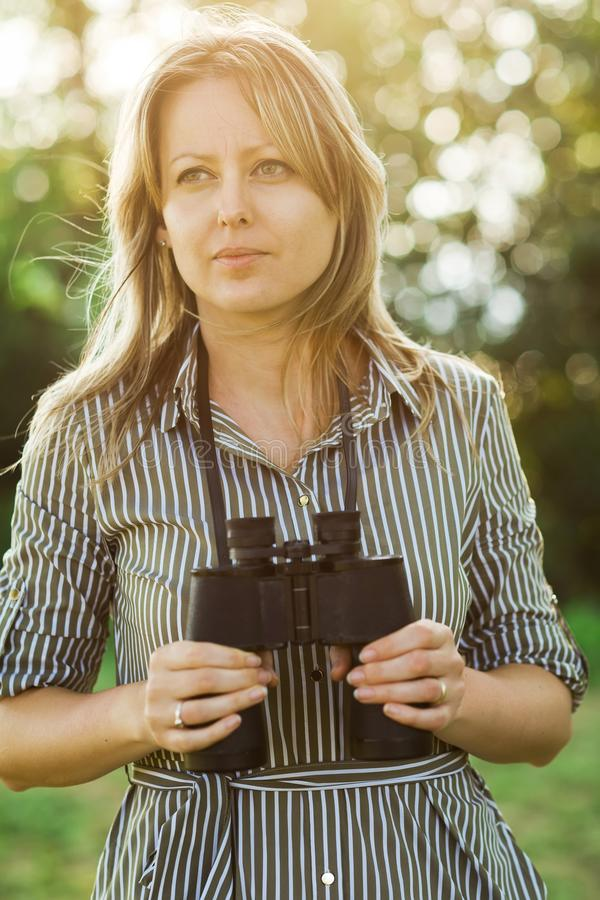 Ein weiblicher touristischer Forscher mit Ferngläsern bleibt im Freien lizenzfreie stockbilder