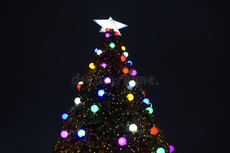 Ein Weihnachtsbaum mit verschiedenen farbigen hellen Lichtern stockfotos