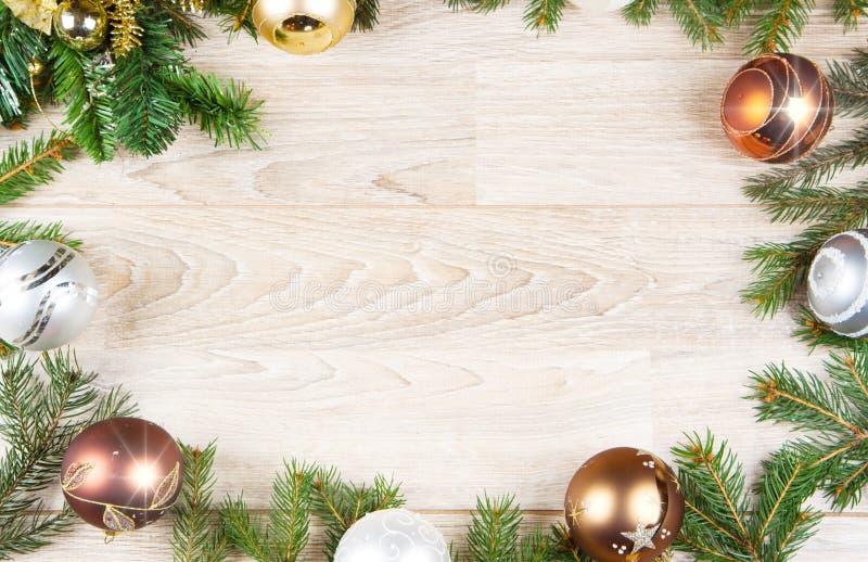 Ein Weihnachtsdekorationshintergrund auf weißem Holz stockbilder