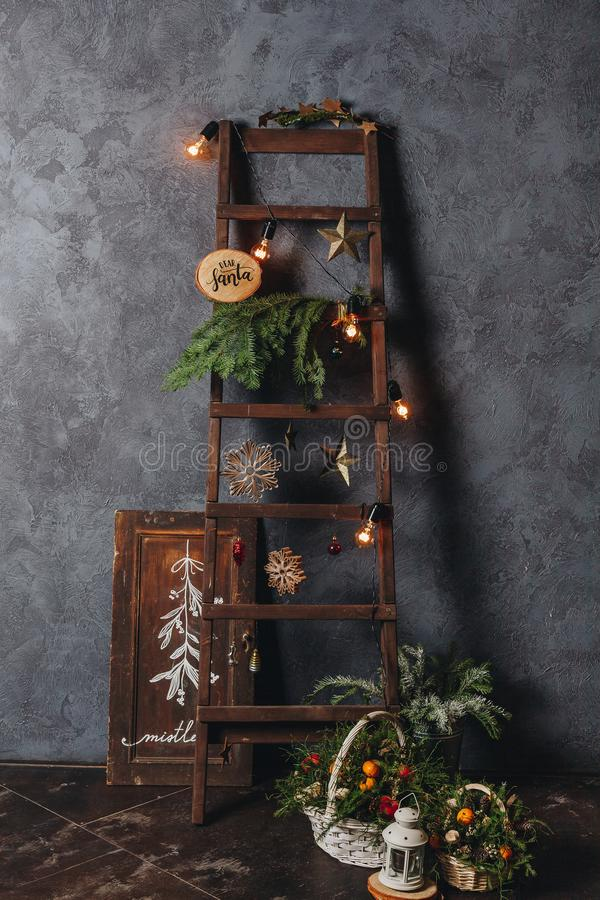 Ein Weihnachtsstillleben pictre der Weinlese Elemente verzierend lizenzfreies stockfoto
