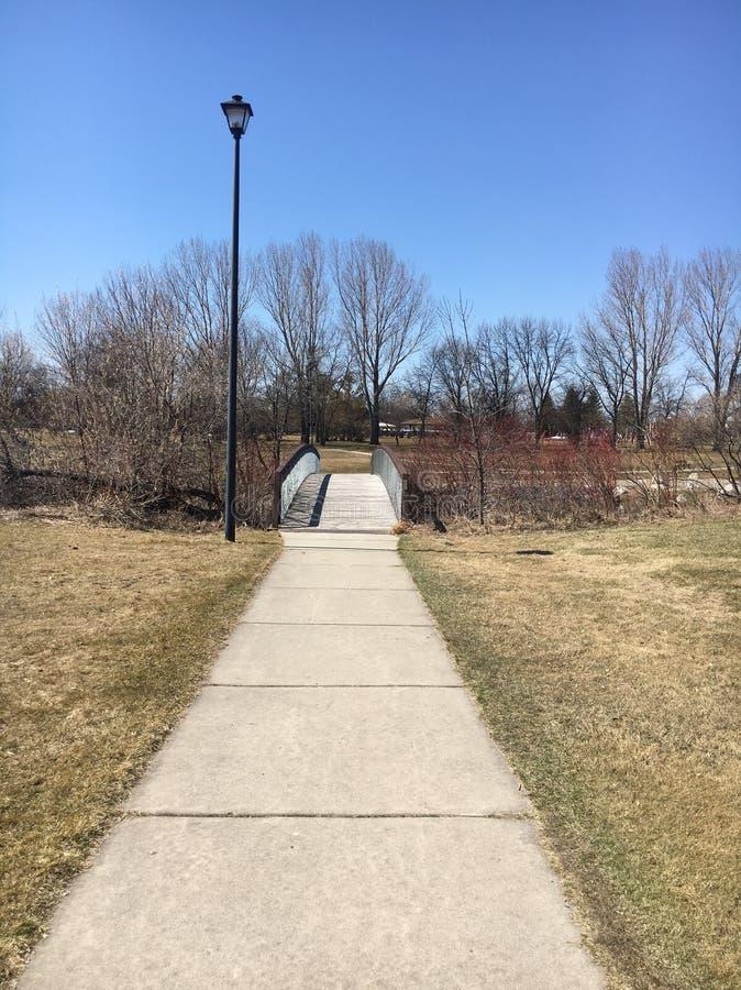 Ein weiter Spaziergang zur Brücke lizenzfreie stockfotografie
