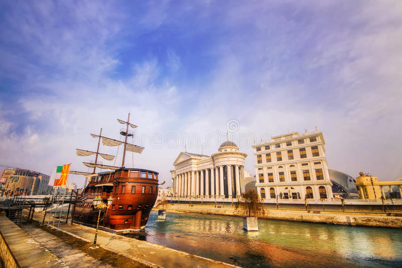 Ein Weitwinkelschuß der Flussufer Galeone und des archäologischen Museums von Mazedonien in Skopje lizenzfreie stockbilder