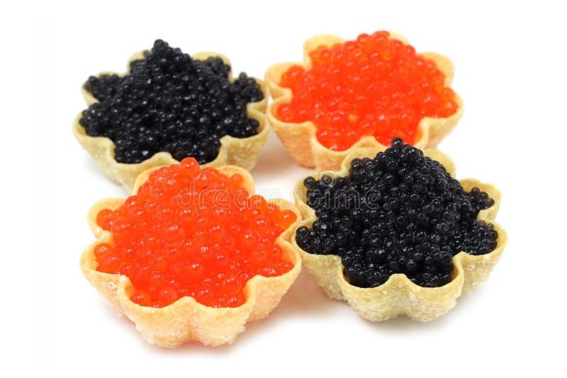 Ein wenig roter und schwarzer Kaviar in den Tartlets lizenzfreie stockfotografie
