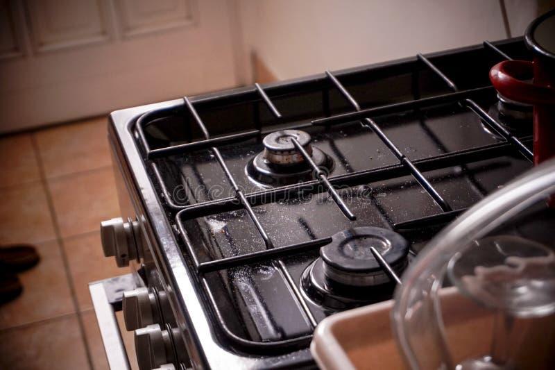 Ein weniger Rohgasofen in der Küche stockfotos