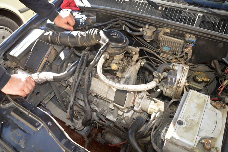 Ein wer Autos repariert stockbild