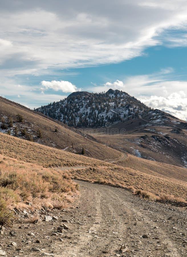 Ein wickelnder Schotterweg in den weißen Bergen stockfotografie