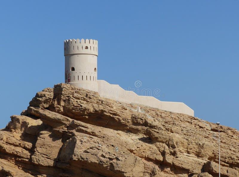 Ein wieder hergestellter Wachturm in Sur, Oman stockbild