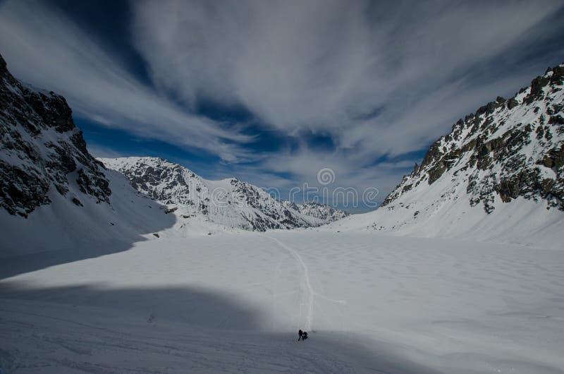 Ein Winteraufstieg ist in den Bergen stockbilder