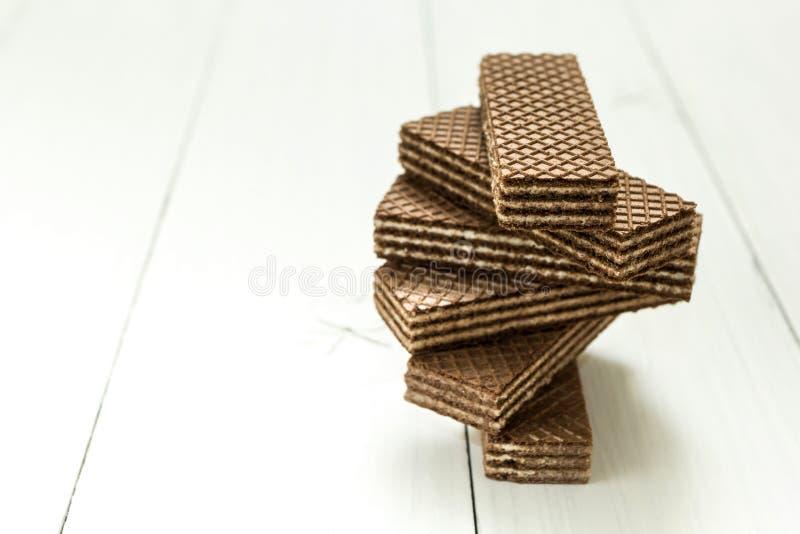 Ein wirbelnder Stapel Schokoladenoblaten auf einer weißen Tabelle lizenzfreie stockbilder